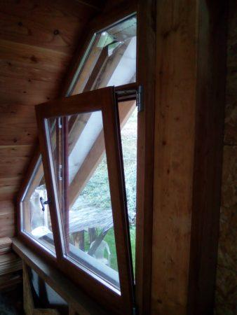 Fenêtre de pignon en chêne, un vantail oscillo battant et deux imposte pour coller au plus juste à la structure du mur pignon