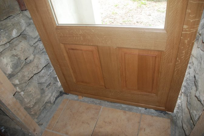 Détail interieur de porte de service vitrée en chêne massif
