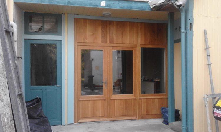Portes d'atelier: 2 vanteaux 1 imposte vitrée (à droite) panneau en partie haute, en chêne massif