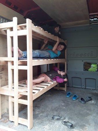 Meuble convertible: étagères-lits superposés