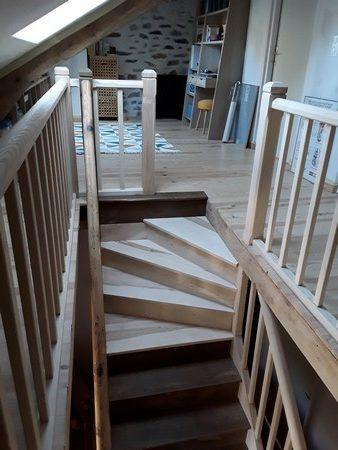 Arrivée en quart tournant en haut d'un escalier droit pour échapper une ferme sous toiture.
