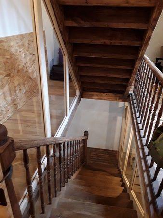 Vue plongeante d'un escalier ancien rénové avec cloison vitrée