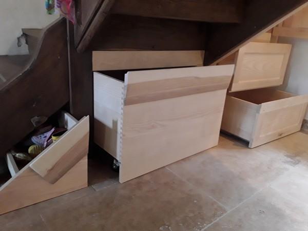 Tiroirs sous escalier pour optimiser l'utilisation des volumes.