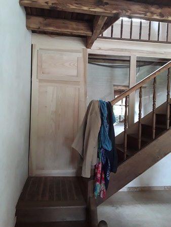 Palier bas avec placard et cloison vitrée d'un ancien escalier rénové
