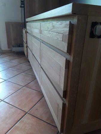 Détails des facades de tiroirs, poignées intégrées dans le profil de la facade d'une cuisine à deux modules