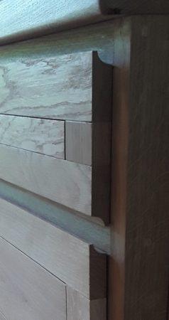 Poignées intégrées, profil en bois d'une cuisine à deux modules