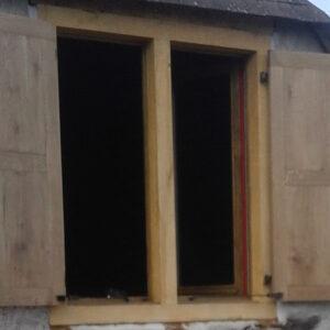 Encadrement, fenêtres et volets de grange