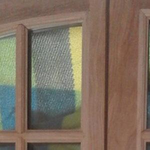 Petite fenêtre cintrée à petits bois